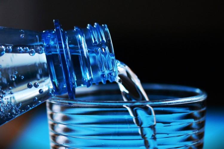 Da li je zdravo piti vodu koja je preko noći ostala u čaši